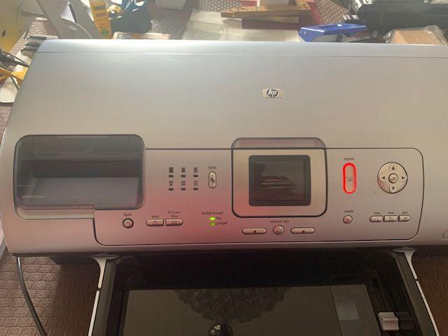 """Quando ligo a impressora à corrente aparecem estas indicações e não consigo sequer ligar o botão de """"Ligar"""""""