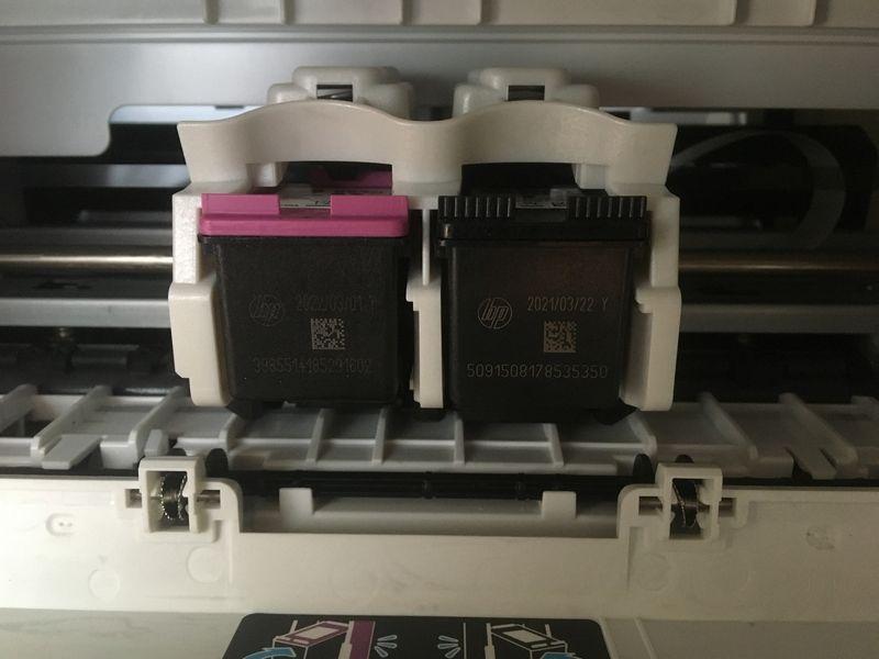 Cartucho 664 XL colorido instalado na impressora (à esquerda)